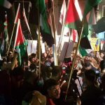 عراقيّون يرفعون أعلام فلسطين على سفارة الكيان الخليفيّ في بغداد
