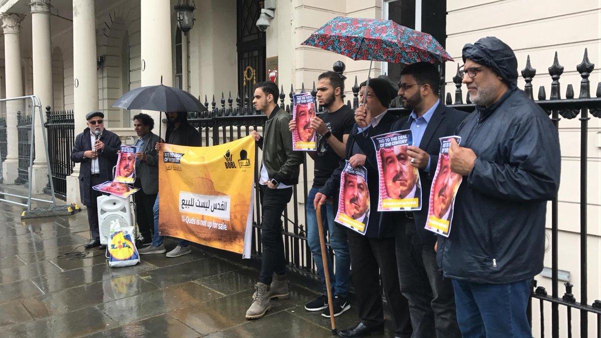 وقفة احتجاجيّة أمام السفارة الخليفيّة في لندن رفضًا لمؤتمر العار وصفقة ترامب
