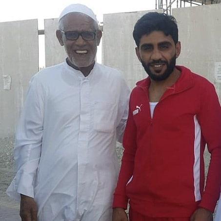 الشابان «حسن صالح ومحمد سعيد العجمي» يعانقان الحريّة