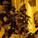 العدو الاسرائيلي يعتقل شابا فلسطينيا ووالده بزعم الضلوع بعملية الدهس في حزما