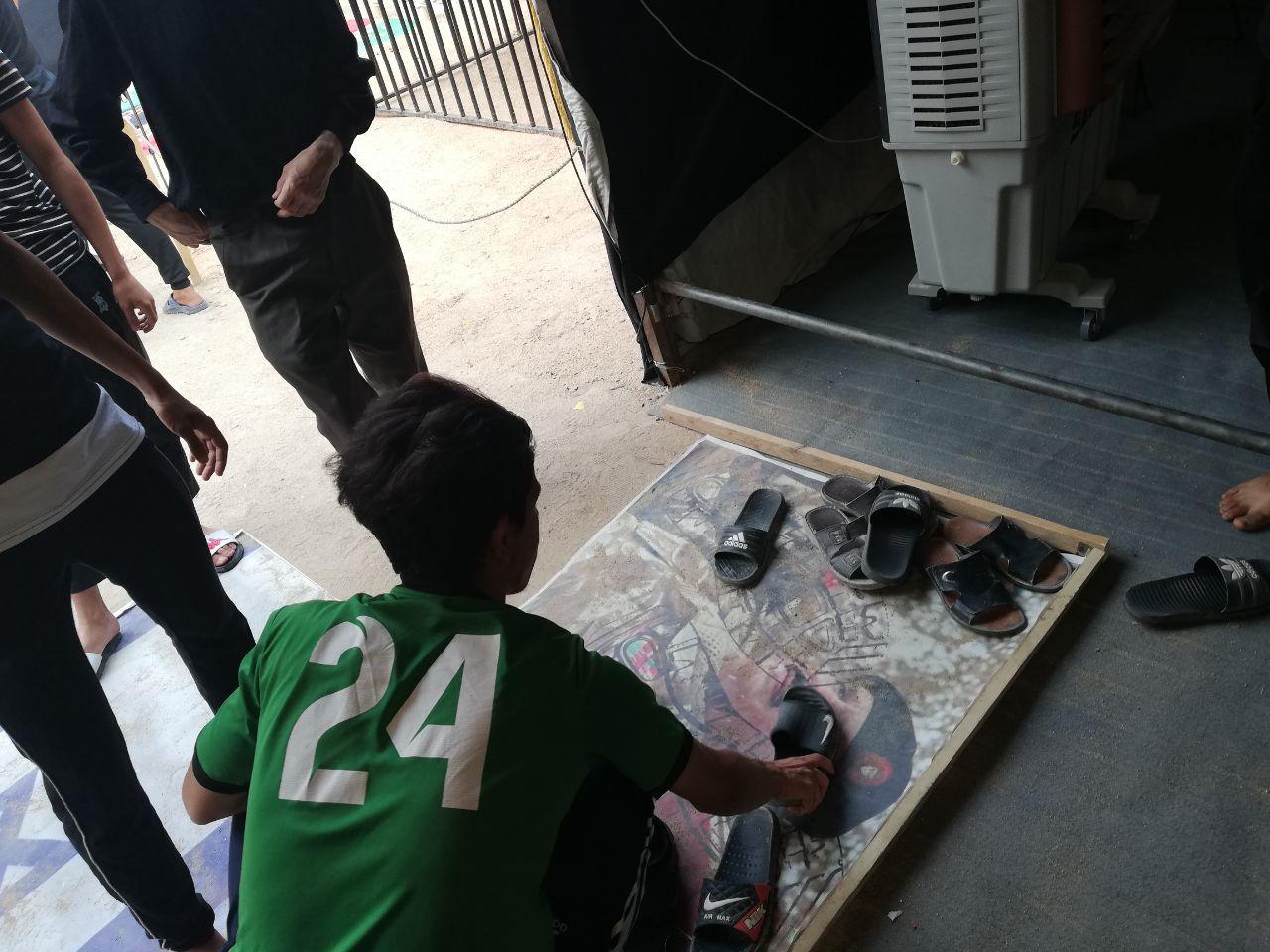 بالصور والفيديو: جبروت يزيد العصر«حمد»تحت أقدام زوّار أربعين الإمام الحسين «ع»