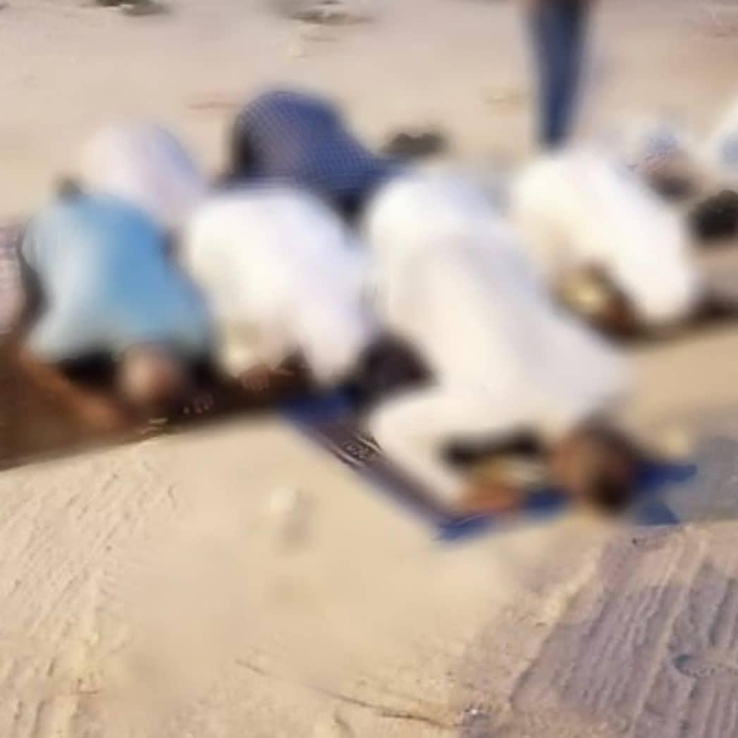 مواطنون يقيمون الصلاة في بقعة مسجد العلويّات المهدّم