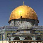 آلاف الفلسطينيّين يتحدّون الصهاينة ويصلّون الفجر في الأقصى