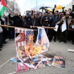 ردًّا على عمالةالطاغية الخليفيّ ممثل المتصهينين العرب..الفلسطينيّون يحرقون صوره