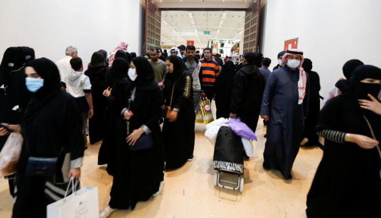 مراقبون: موقف آل خليفة بترك العالقين في إيران طائفيّ ولا إنسانيّ ولن ينساه الشعب البحراني