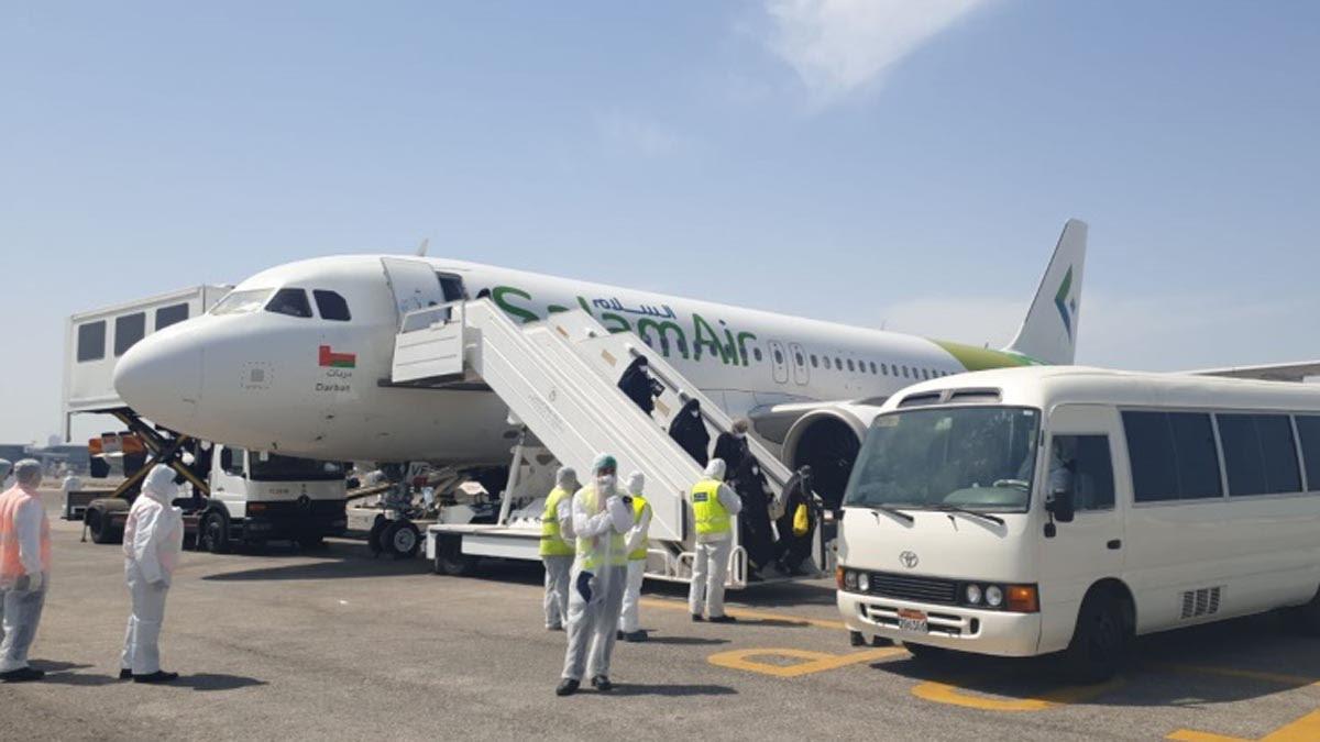 بعد وفاة 3 من العالقين في إيران.. وصول أوّل دفعة إلى البحرين وبطائرة «عمانيّة»