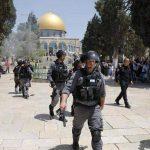 رغم منع الصهاينة.. العشرات يصلون العيد عند أبواب الأقصى