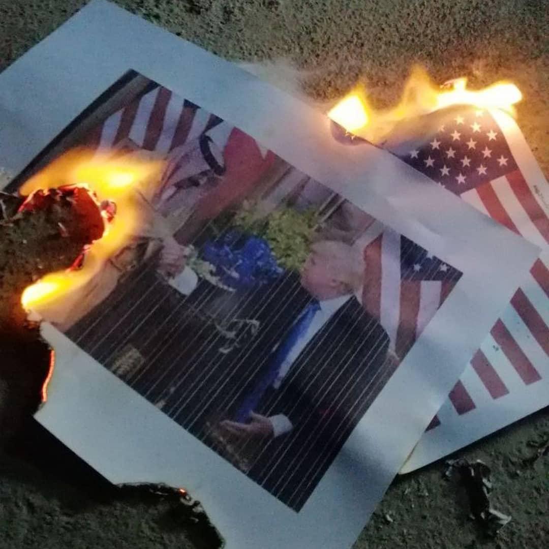 صور ترامب والعلم الأمريكيّ تحرق في اليوم الوطني لطرد القاعدة الأمريكيّة