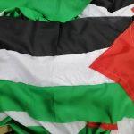 خياطة أعلام فلسطين في البحرين استعدادًا ليوم القدس العالمي