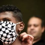 تحدّ جديد.. الكمامات الطبيّة في فلسطين تصنع من الكوفية رمز الثورة