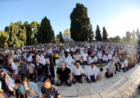الفلسطينيّون يصلون العيد في الأقصى ويؤكدون:المسجد الأقصى للمسلمين