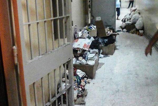 شكاوى المعتقلين تزداد.. التعنّت في حرمان العلاج ووجبات طعام فاسدة