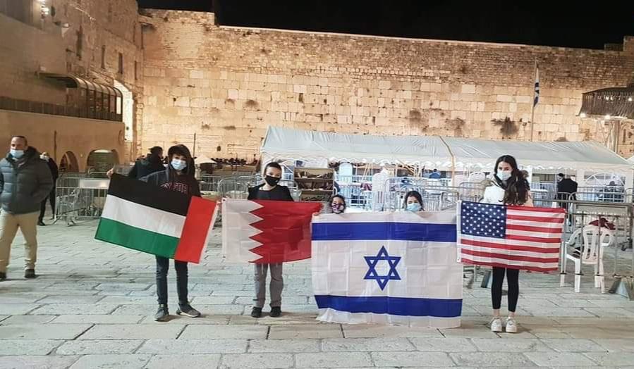 مستوطنون صهاينة يرفعون علم البحرين والإمارات في باحة «حائط البراق»