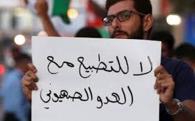 أمام مرأى من الصهاينة.. خطّ عبارات مناهضة للتطبيع على حدود فلسطين