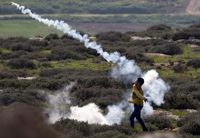 المستوطنون الصهاينة يقتحمون البلدات ويعتدون على الفلسطينيّين بحماية جيش الاحتلال