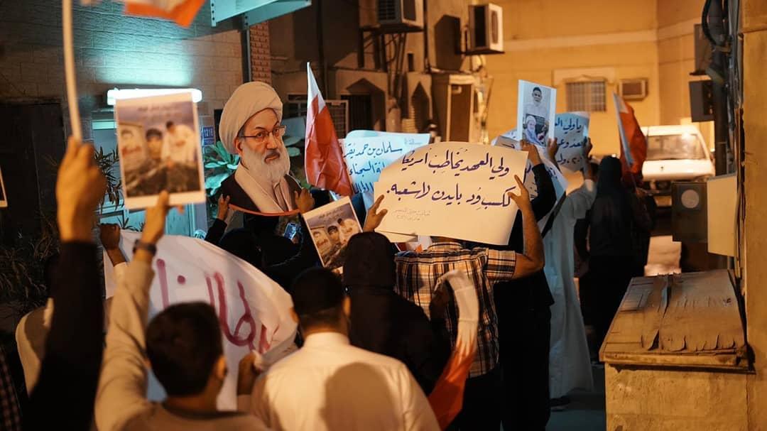 متظاهرون يردّون على «سلمان بن حمد»: لا تنازل عن تقرير المصير