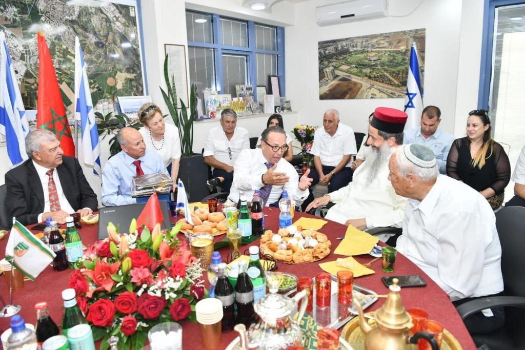 المغاربة يرفضون التطبيع وينظّفون أماكن زارها ممثل الصهاينة في مدينة فاس
