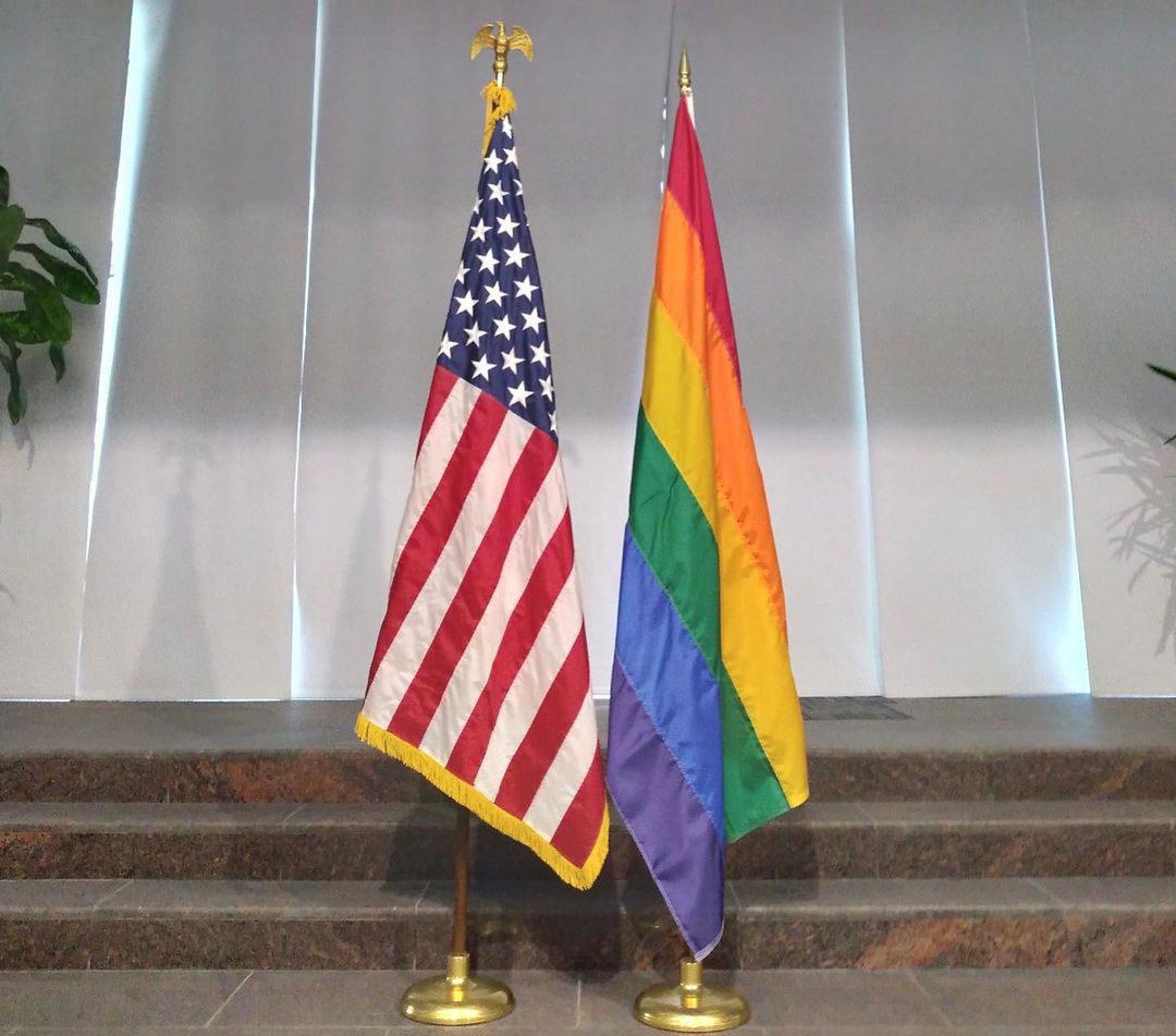 ائتلاف 14 فبراير يستنكر رفع السفارة الأمريكيّة في البحرين «علم المثليّين»