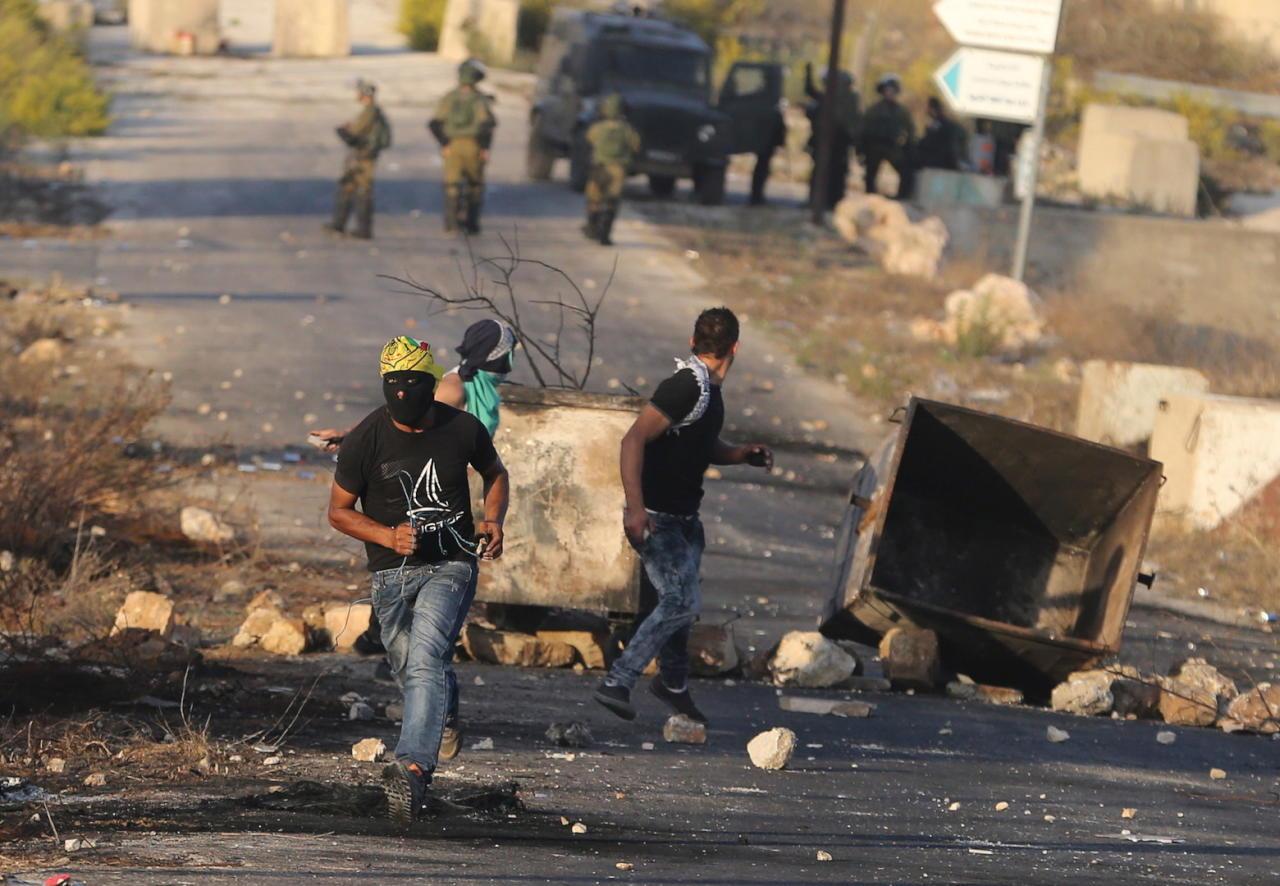 استمرار انتهاكات المستوطنين والفلسطينيّون يتصدّون لهم بالحجارة