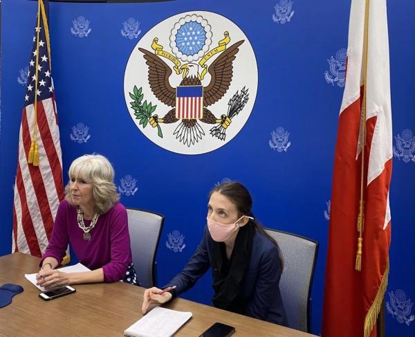 استنكار شعبيّ لترحيب السفارة الأمريكيّة بتوسيع الأحكام التعسفيّة بحقّ المعتقلين السياسيّين