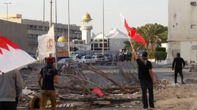 «الجماهير البحرينيّة» تكسر الحِصار و تحتشد في الشارع المؤدي نحو «العاصمة المنامة»
