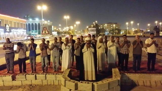 البحرانيون يقيمون الصلاة في أفنية «المساجد المهدّمة» بمعاول التخريب «السعودية – الخليفية»