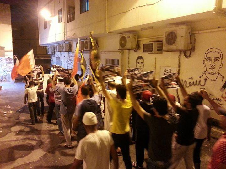 «مستمرون»..أهالي «جزيرة سترة» يتظاهرون تمسّكًا بأهداف الثورة