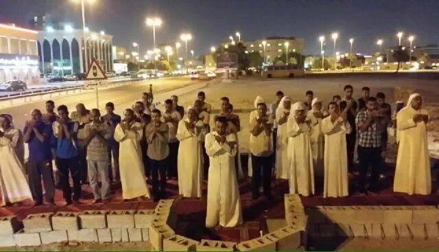 «ثورة المحراب»..الأهالي يقيمون الصلوات في المساجد المهدّمة