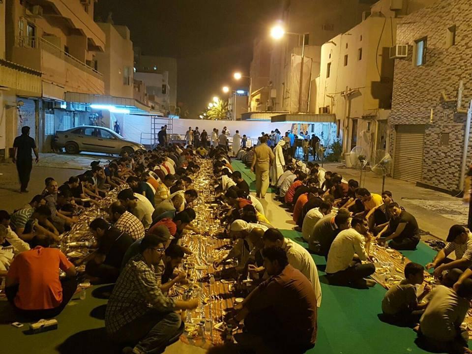 المعتصمون يتناولون «وجبة الإفطار الرمضانيّة» في ميدان الفداء
