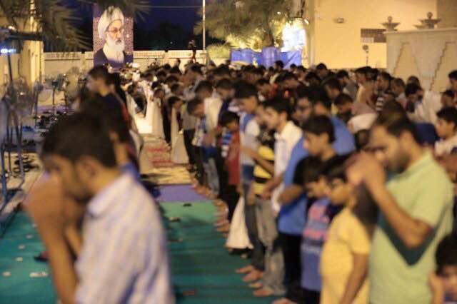 حشود المعتصمين تؤدّي الصلاة جماعة في «ميدان الفداء»
