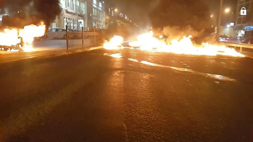 «ثوّار البحرين» يقطعون أحد الشوارع المؤدية للعاصمة «المنامة»