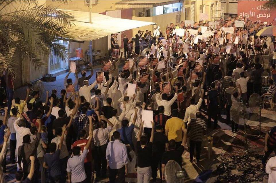 الحشود المعتصمة في «ميدان الفداء» تطلق نداء «يا للمسلمين»