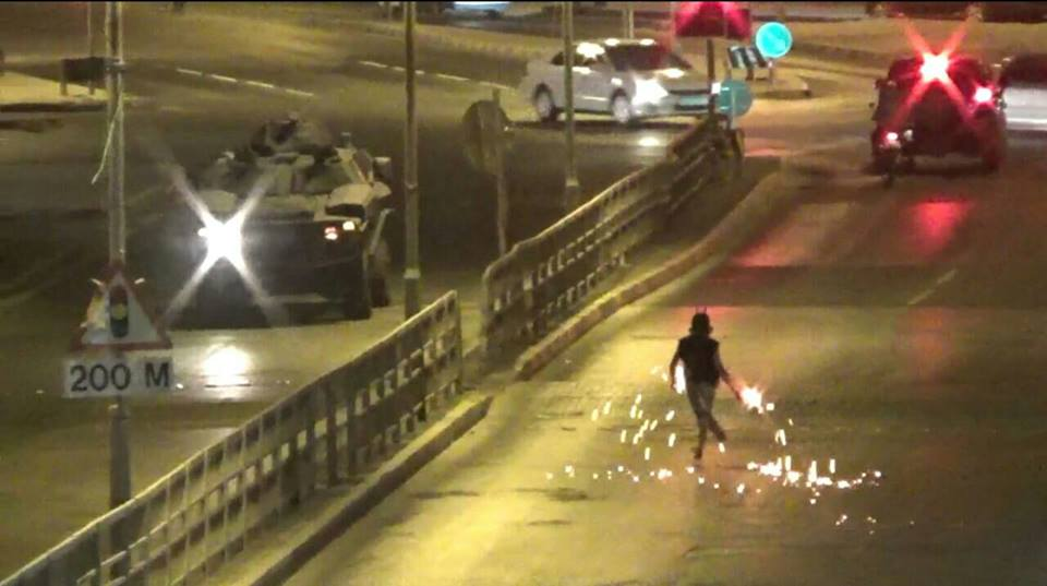 «ثوّار البحرين» يقطعون شوارع عامة ويتصدّون للمرتزقة