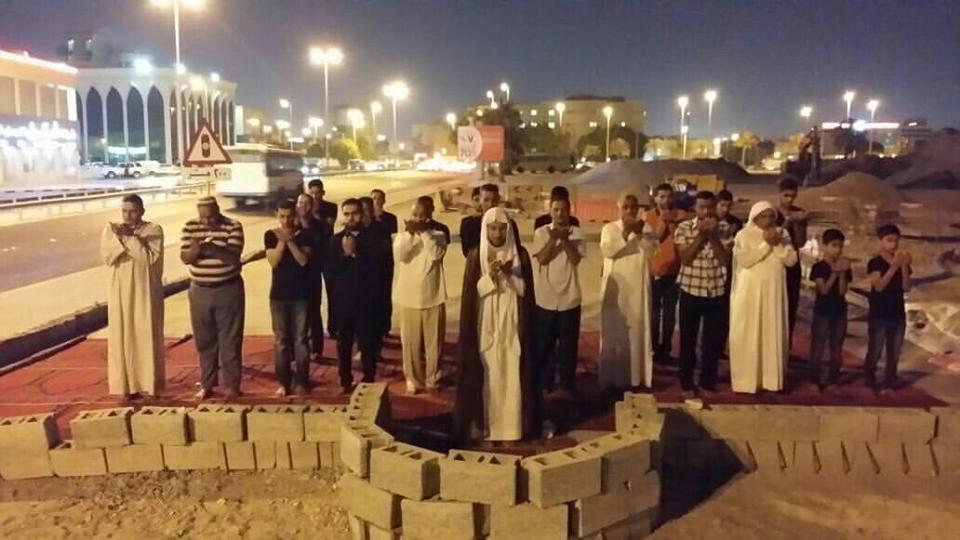 البحرانيّون يصلّون في المساجد المهدّمة استمرارًا في الدفاع عن بقاعها الطاهرة