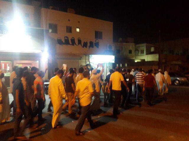 أهالي المرخ يتظاهرون تنديدًا باقتحام المأتم واعتقال «العريس»
