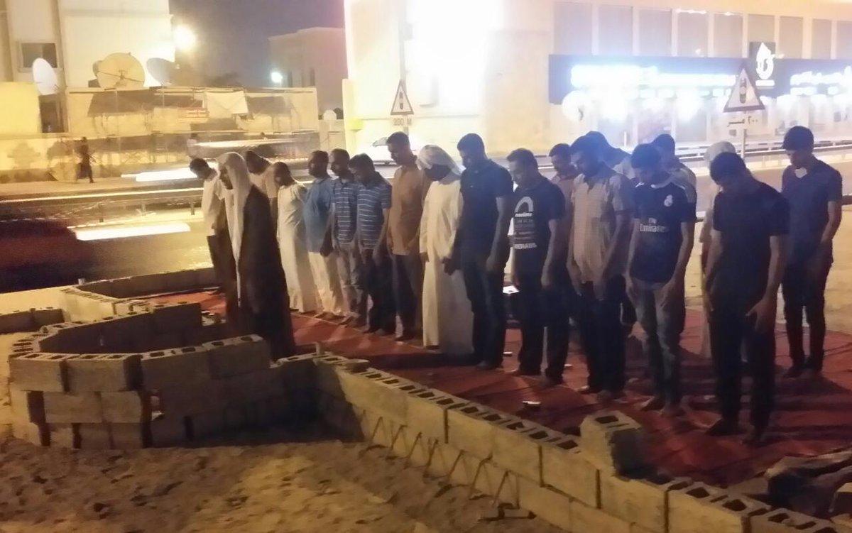 المؤمنون يقيمون الصلاة في مسجد العلويّات المهدّم