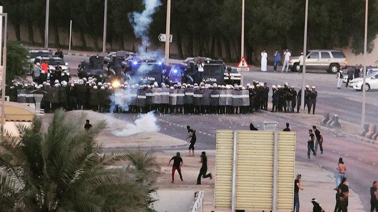 آلاف المواطنين يتقدمون نحو «ميدان الشهداء»..والمرتزقة تستخدم سلاح الشوزن