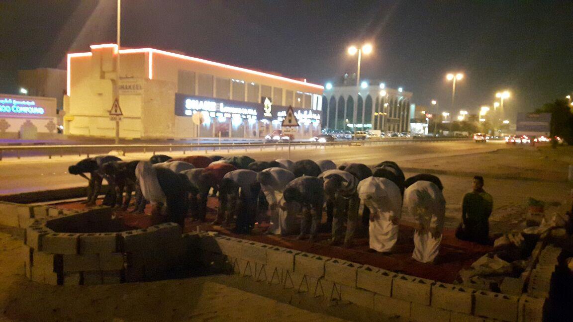 البحرانيّون يقيمون صلاة العشاءين جماعة في مسجد العلويات المهدّم
