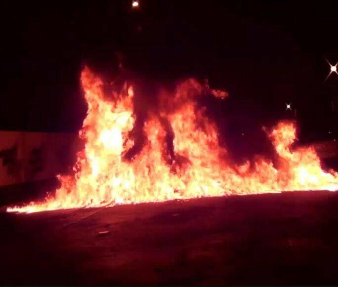 «متظاهرون» يقطعون الشارع القريب من «مطار البحرين الدولي»