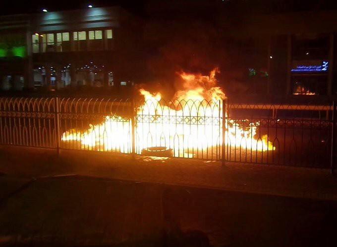 ثوّار البحرين يقطعون عددًا من الشوارع تنديدًا بجرائم «بني سعود»