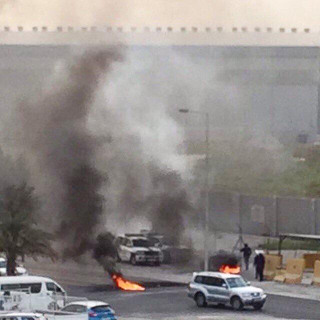أعمدة الدخان تخيّم على السماء خلف مطار البحرين الدوليّ