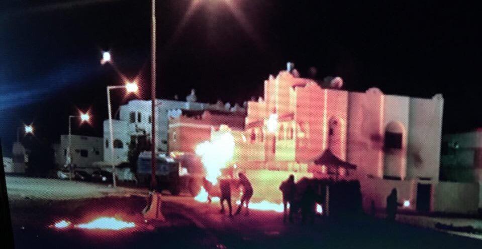 ثوّار البحرين يرشقون الآليات الخليفيّة بنيران «الدفاع المقدس» غرب المنامة