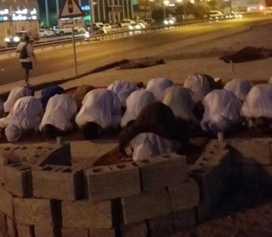 ثورة المحراب..إقامة الصلاة في بقعة مسجد العلويات المهدّم