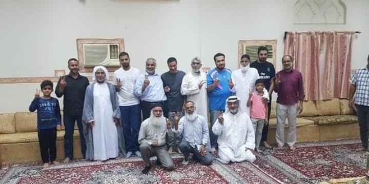 آباء الشهداء ورجالات الصمود يزورون المفرج عنهم في مناطق البحرين