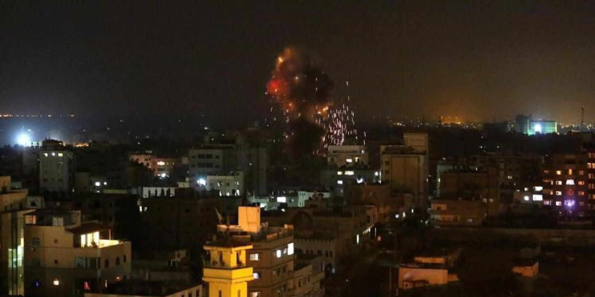 الاحتلال يشن غارات جوية على غزة ويهدد بالتصعيد