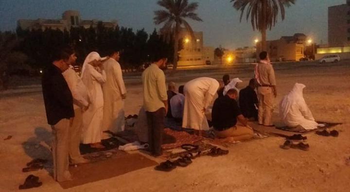 ثورة المحراب مستمرّة: المواطنون يقيمون الصلاة في بقعة مسجد «العلويات» المهدّم مرّتين