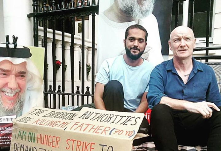 نشطاء يحيون عيد الأضحي أمام السفارة الخليفيّة في لندن مع الناشط «علي مشيمع»