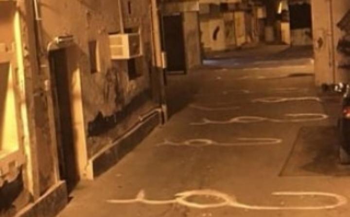 أهالي بلدة «سماهيج» يدوسون بأقدامهم اسم الديكتاتور حمد
