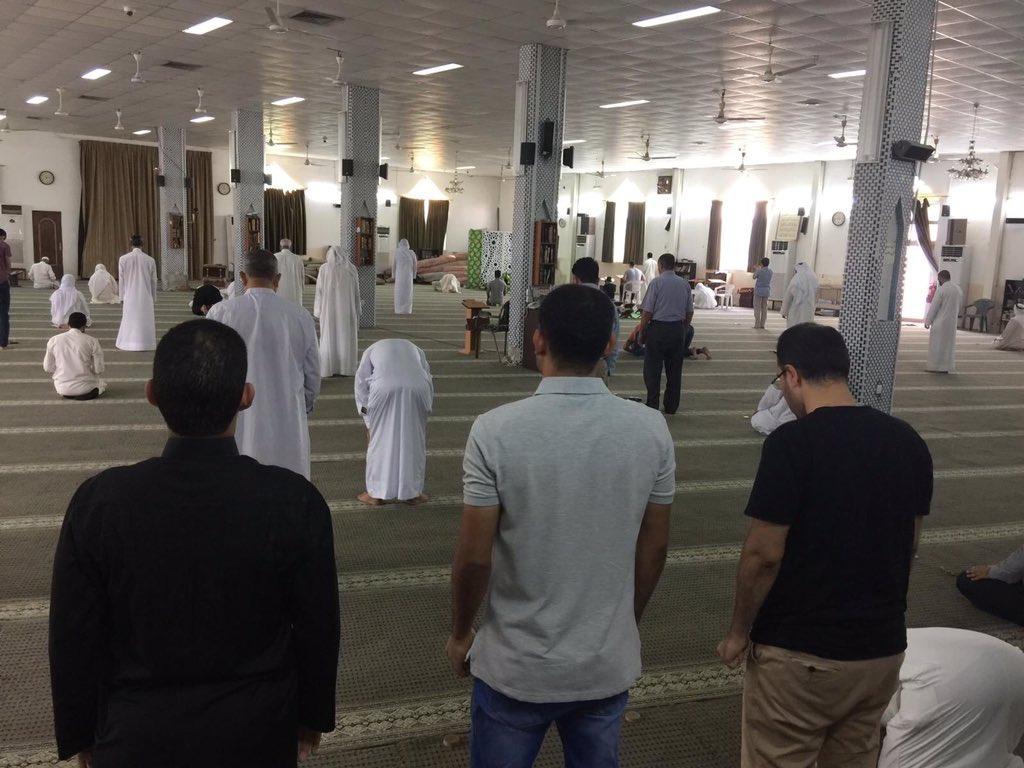 المواطنون يؤدّون الصلاة فرادى للأسبوع الـ130 على التوالي