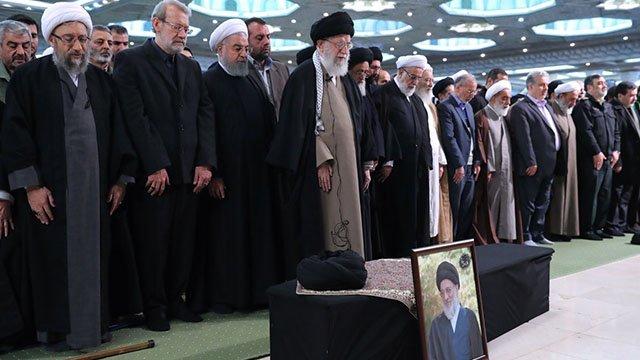 الإمام الخامنئي «دام ظله» يؤمّ صلاة الجنازة على جثمان آية الله العظمى السيد محمود الهاشمي الشاهرودي